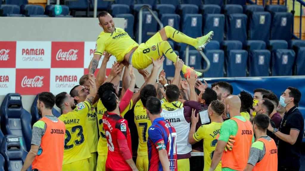 Santi Cazorla ovationné par ses coéquipiers après deux saisons passées à Villarreal.